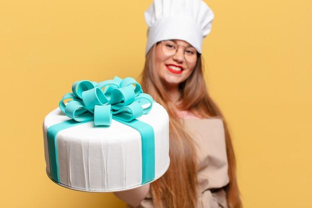 Jonge mooie vrouw blij en verrast uitdrukking verjaardagstaart concept
