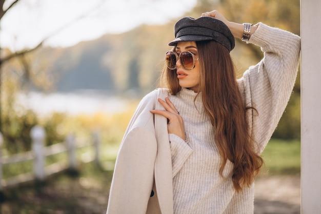 Jonge mooie vrouw buiten in park