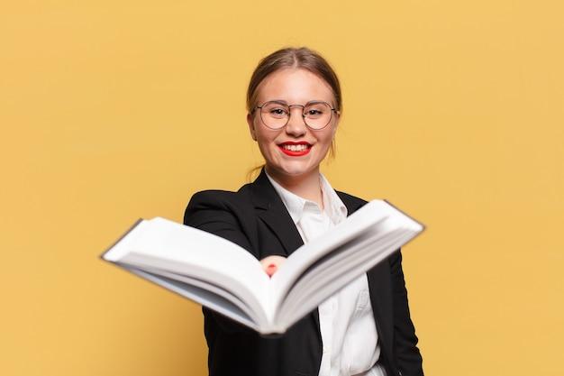 Jonge mooie vrouw die boek aanbiedt