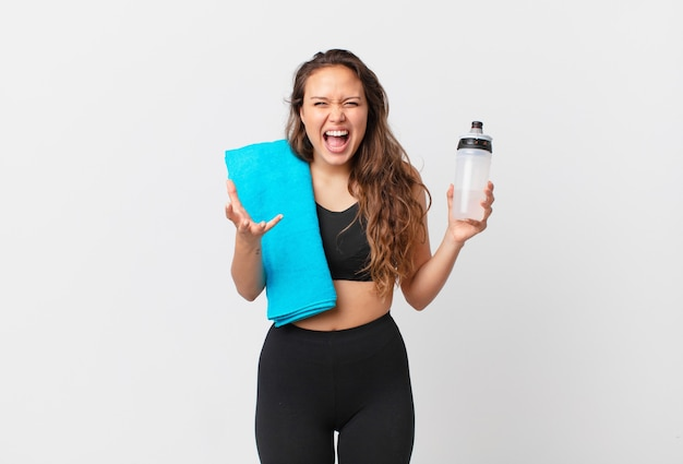 Jonge mooie vrouw die boos, geïrriteerd en gefrustreerd kijkt. fitnessconcept