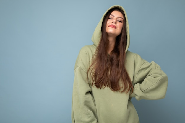 Jonge mooie vrouw die camera bekijkt. trendy meisje in casual hipster hoodie kleding.