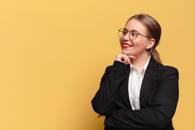 Jonge mooie vrouw die denkt of twijfelt aan het bedrijfsconcept van de uitdrukking