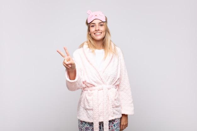 Jonge mooie vrouw die een pyjama draagt