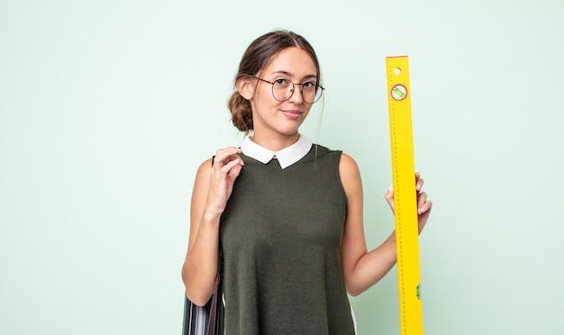 Jonge mooie vrouw die er arrogant, succesvol, positief en trots uitziet. architectuur concept