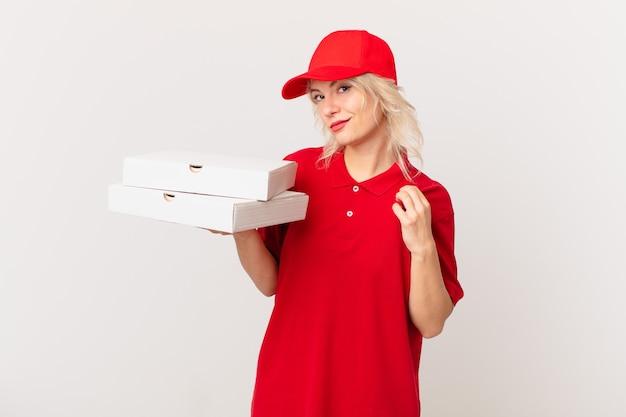 Jonge mooie vrouw die er arrogant, succesvol, positief en trots uitziet. pizza bezorgconcept