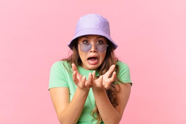 Jonge mooie vrouw die er wanhopig, gefrustreerd en gestrest uitziet. zomer concept