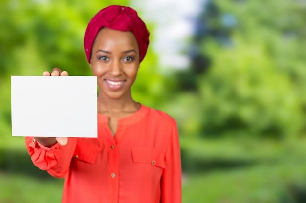Jonge mooie vrouw die exemplaarruimte toont
