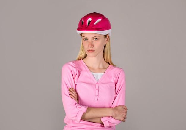 Jonge mooie vrouw die fietserhelm draagt mooi fietsmeisje in fietshelm fietservrouw in