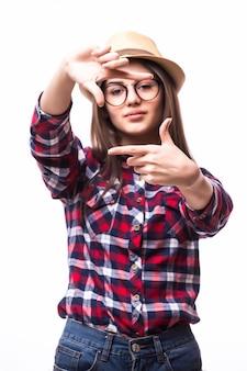 Jonge mooie vrouw die gestreepte t-shirt draagt die zich over wit bevindt die het maken van frame glimlachen