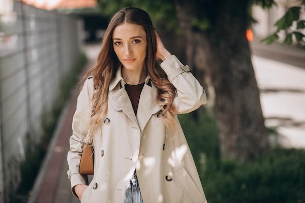 Jonge mooie vrouw die in een park loopt