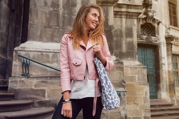 Jonge mooie vrouw die in europa reist