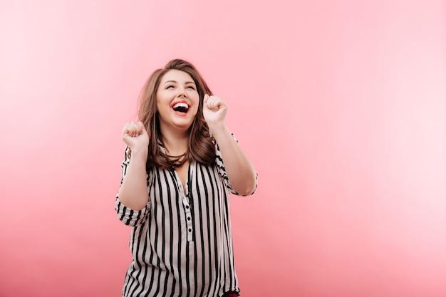 Jonge mooie vrouw die lacht