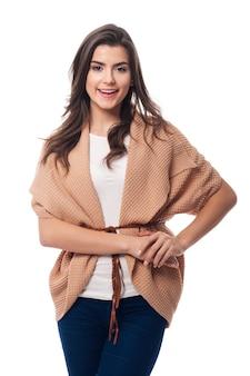 Jonge mooie vrouw die modieus vest draagt