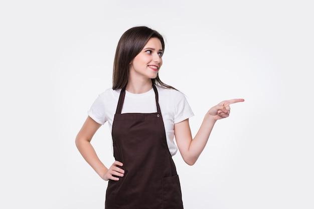 Jonge mooie vrouw die schone handschoenen draagt en naar de kant wijst