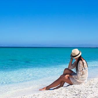 Jonge mooie vrouw die strand van tropische vakantie geniet