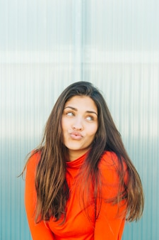 Jonge mooie vrouw die tegen pruilen