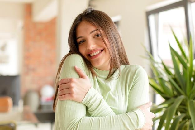 Jonge mooie vrouw die thuis een gebaar maakt Premium Foto