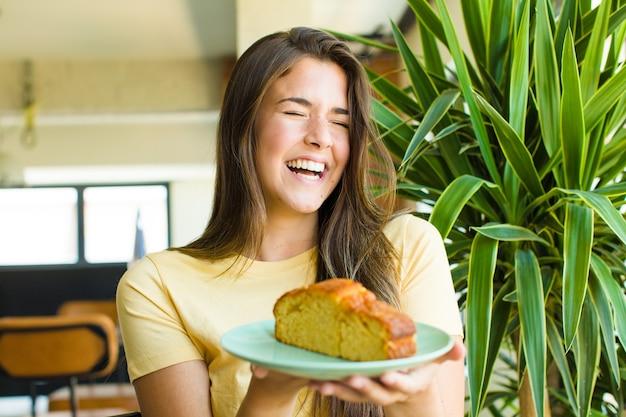 Jonge mooie vrouw die thuis ontbijt