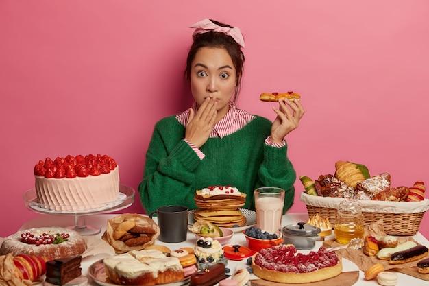 Jonge mooie vrouw die van een gezond diner geniet
