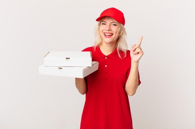 Jonge mooie vrouw die zich een gelukkig en opgewonden genie voelt na het realiseren van een idee. pizza bezorgconcept