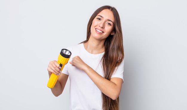 Jonge mooie vrouw die zich gelukkig voelt en een uitdaging aangaat of viert. lantaarn concept