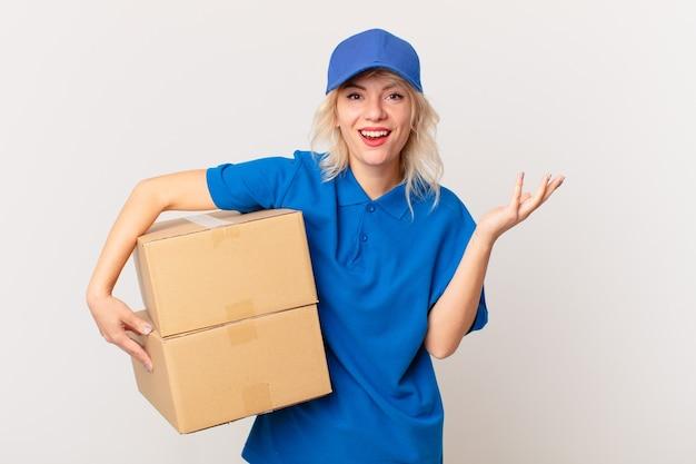 Jonge mooie vrouw die zich gelukkig voelt, verrast en een oplossing of idee realiseert. pakket leveren concept