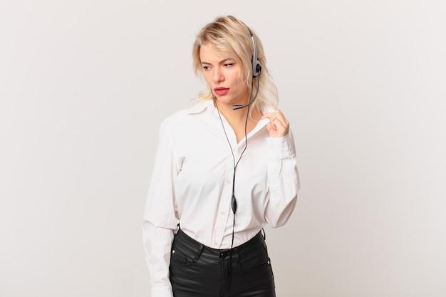 Jonge mooie vrouw die zich gestrest, angstig, moe en gefrustreerd voelt. telemarketing concept