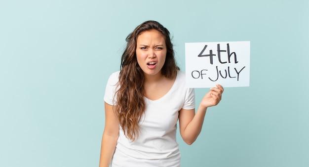 Jonge mooie vrouw die zich verward en verward voelt met de tekst van 4 juli