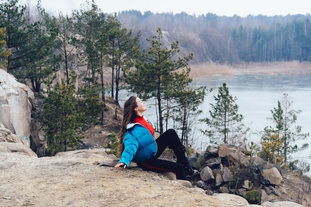 Jonge mooie vrouw die zich voordeed op een meer