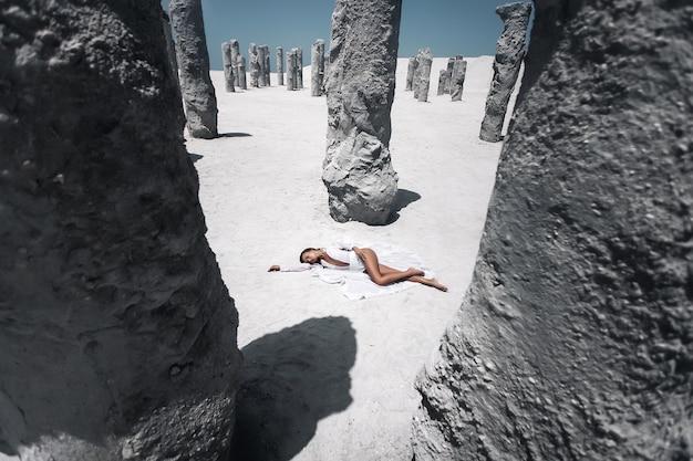 Jonge mooie vrouw die zich voordeed op een strand