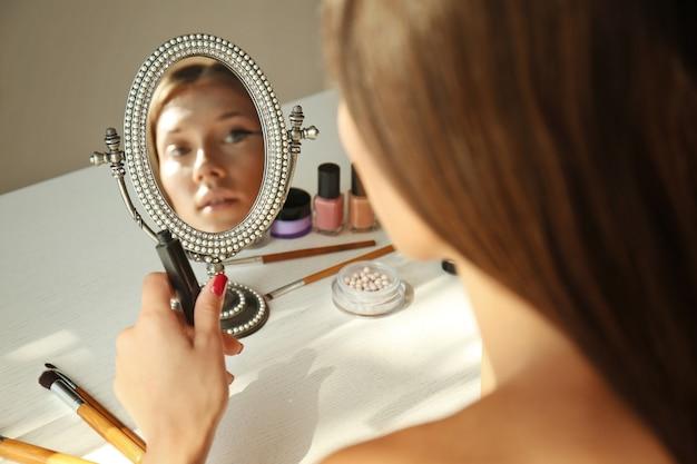Jonge mooie vrouw doet haar make-up