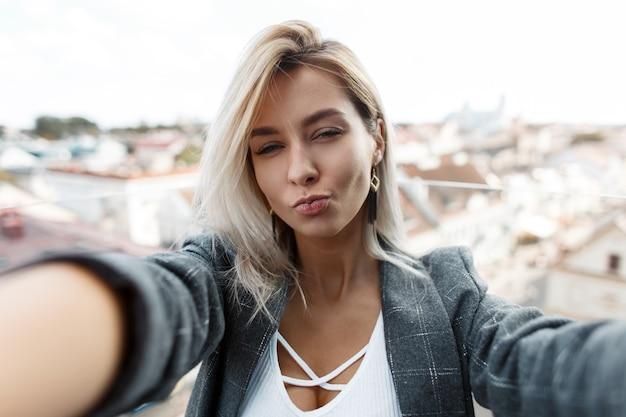 Jonge mooie vrouw doet selfie in de stad. reis meisje