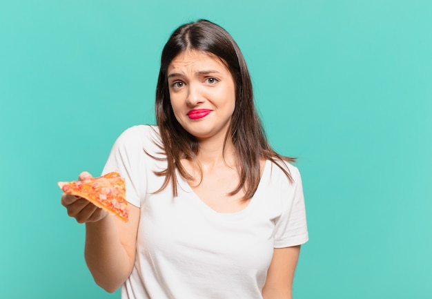 Jonge mooie vrouw droevige uitdrukking en met een pizza