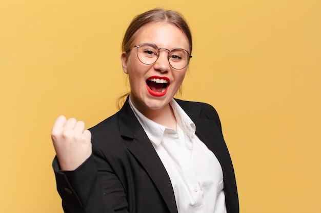 Jonge mooie vrouw. een triomf vieren als een winnaar bedrijfsconcept business