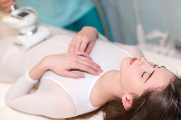 Jonge mooie vrouw en lpg-massageprocedure