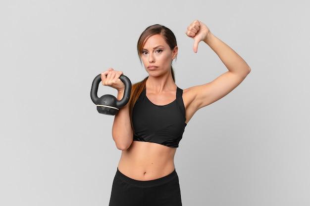 Jonge mooie vrouw fitness concept en het opheffen van een halter