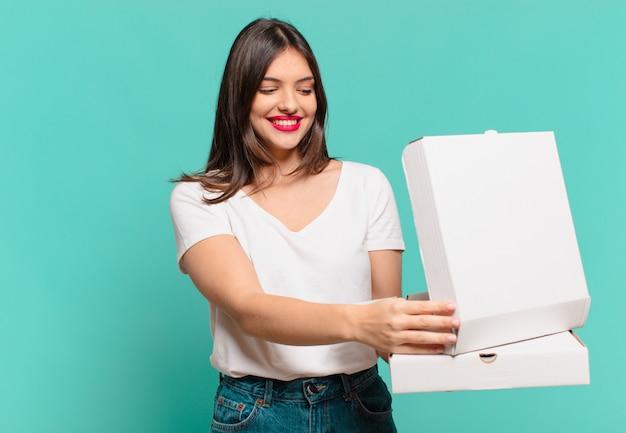 Jonge mooie vrouw gelukkige uitdrukking en houdt pizza's mee en houdt pizza's mee