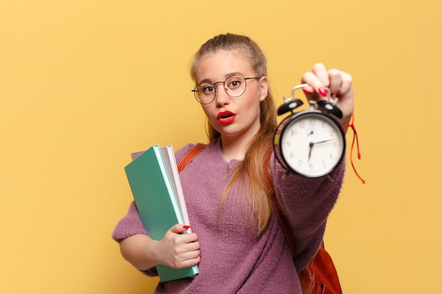 Jonge mooie vrouw. geschokte of verbaasde uitdrukking. student concept