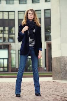 Jonge mooie vrouw. glamour mode portret buiten. street style.