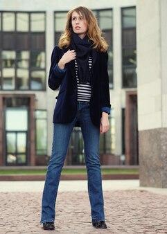Jonge mooie vrouw. glamour mode portret buiten
