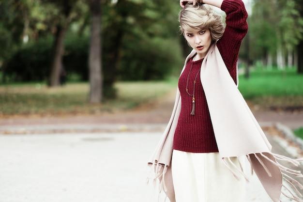 Jonge mooie vrouw. glamour mode portret. herfst park.