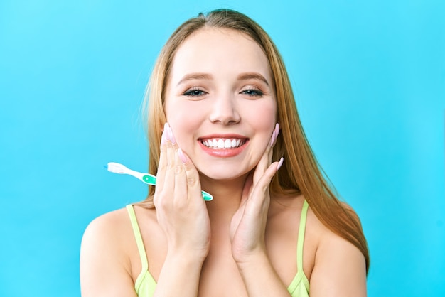 Jonge mooie vrouw houdt zich bezig met het reinigen van tanden