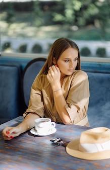 Jonge mooie vrouw in café