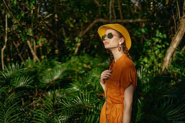 Jonge mooie vrouw in de wildernis van tropen met hoedengangen in het park, naturalist
