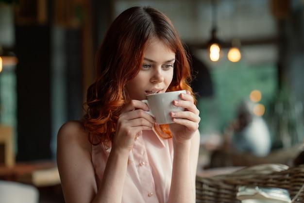 Jonge mooie vrouw in een café
