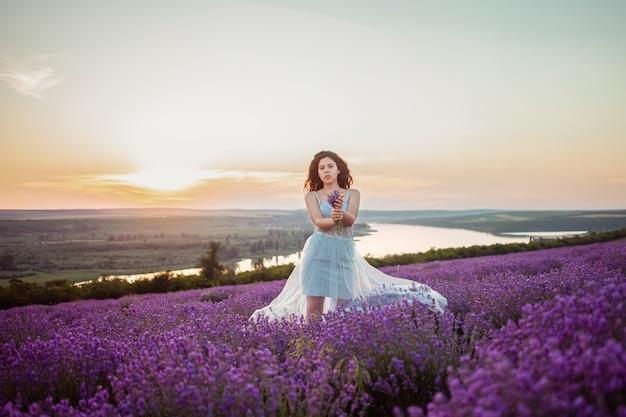 Jonge mooie vrouw in een lavendelveld