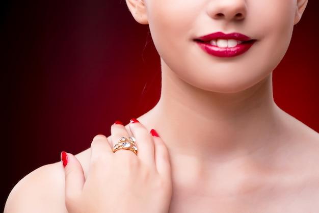 Jonge mooie vrouw in het concept van de schoonheidsmanier