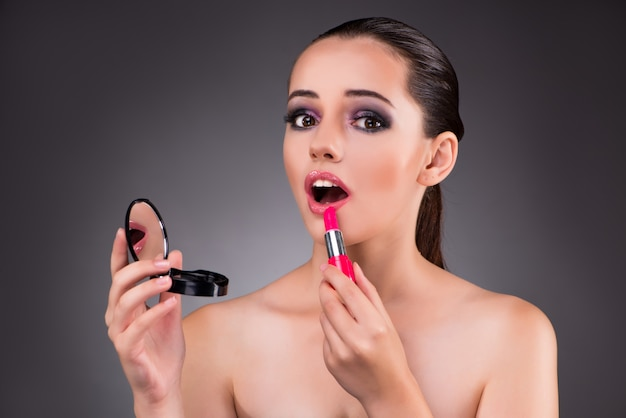 Jonge mooie vrouw in make-up concept