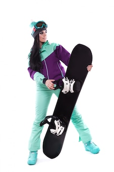 Jonge mooie vrouw in paarse ski kostuum houden snowboard