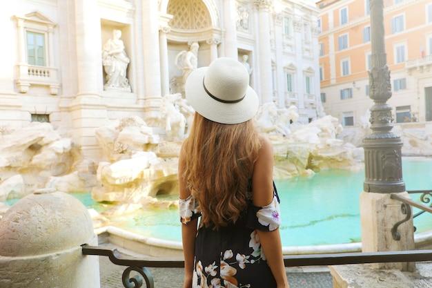 Jonge mooie vrouw in rome met trevifontein